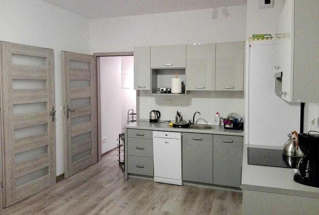 zdjęcie prezentuje komfortowy aneks kuchenny w mieszkaniu na wynajem Wrocław Krzyki