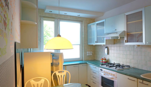 kuchnia w zabudowie znajdująca się w mieszkaniu na sprzedaż Wrocław Fabryczna
