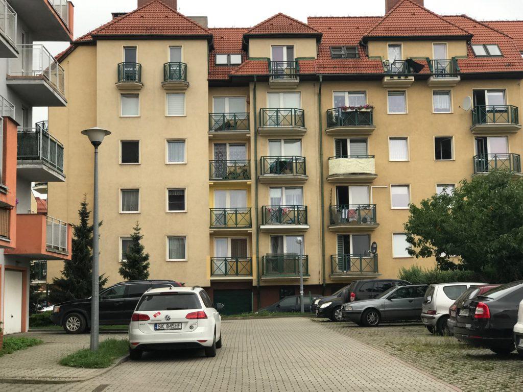 widok na apartamentowiec, w którym znajduje się oferowane na wynajem mieszkanie Wrocław Fabryczna