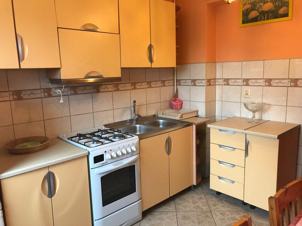 urządzona w klasycznym stylu kuchnia w mieszkaniu do wynajmu Wrocław Fabryczna