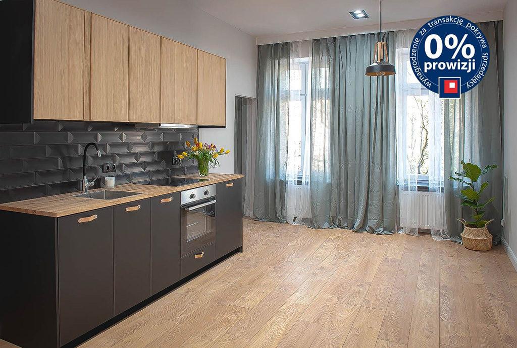 komfortowy i przestronny salon z aneksem kuchennym w mieszkaniu do sprzedaży Wrocław Krzyki