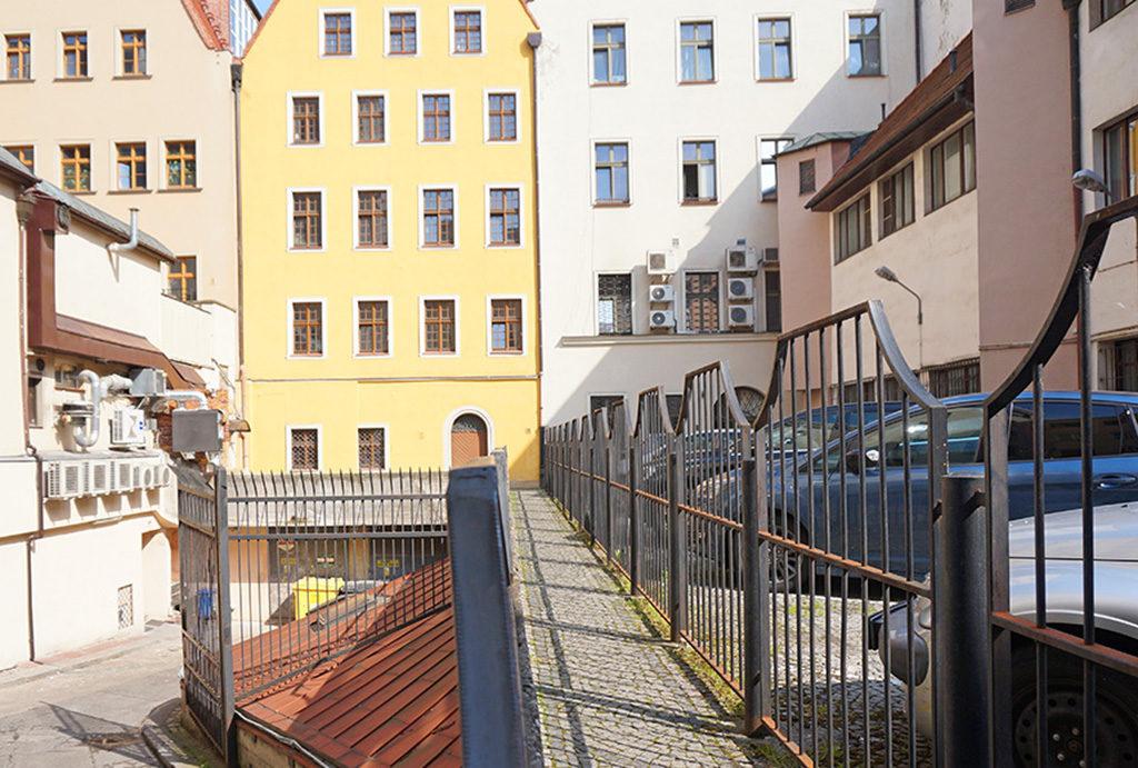 rzut od strony podwórka na kamienicę, w której usytuowane jest oferowane na sprzedaż mieszkanie Wrocław Stare Miasto
