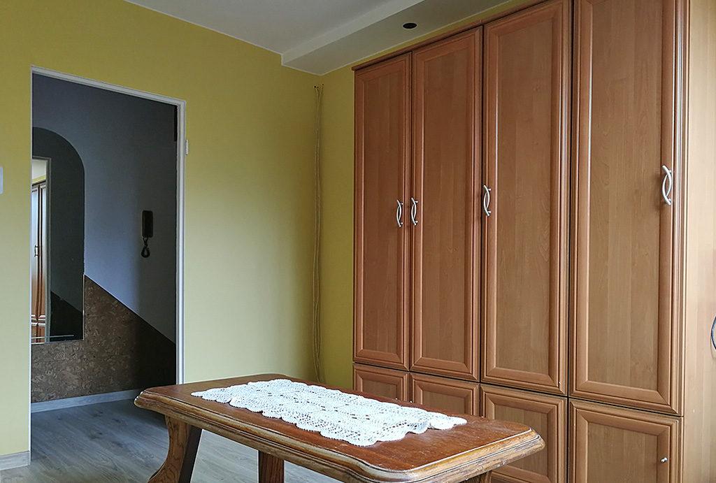 na zdjęciu przestronny, słoneczny pokój w mieszkaniu na sprzedaży Wrocław okolice