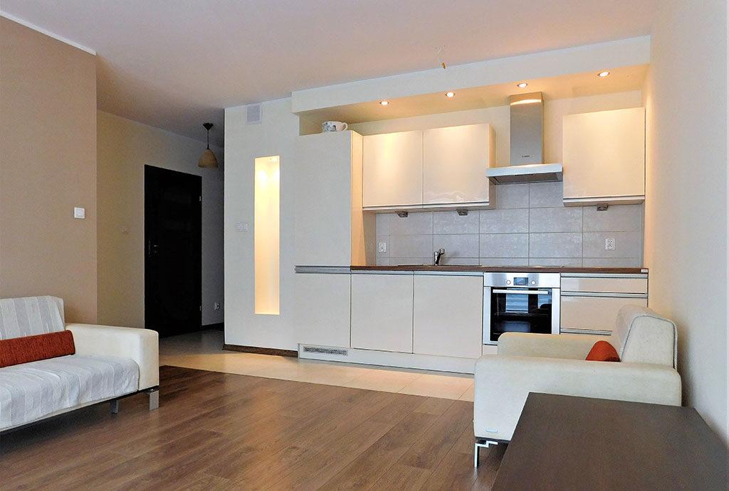 widok z salonu na aneks kuchenny w mieszkaniu do sprzedaży Wrocław Krzyki
