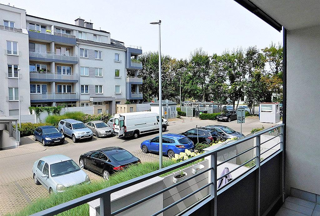 rzut z balkonu na osiedle, na którym znajduje się oferowane na sprzedaż mieszkanie Wrocław Krzyki