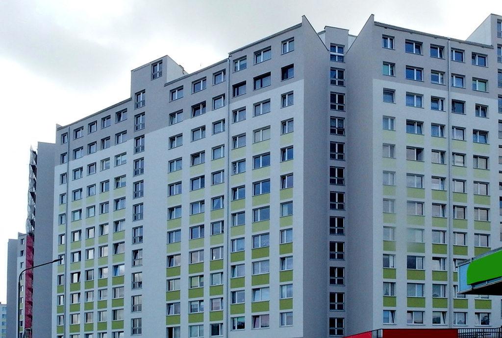 widok na wieżowiec, w którym znajduje się oferowane do sprzedaży mieszkanie Wrocław Fabryczna