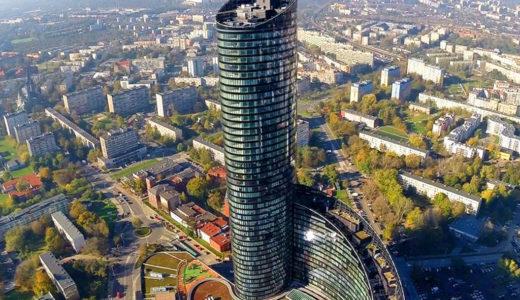 widok z lotu ptaka na prestiżowy drapacz chmur, w którym mieści się oferowane na sprzedaż mieszkanie Wrocław Krzyki