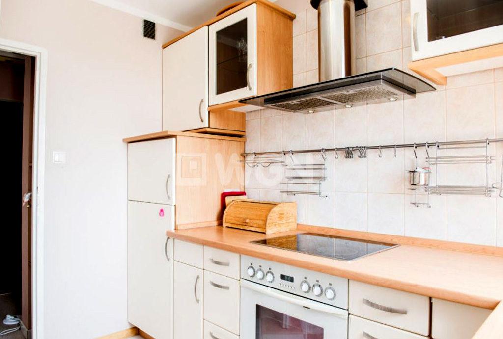 funkcjonalna kuchnia w zabudowie znajdująca się w mieszkaniu na wynajem Wrocław Krzyki