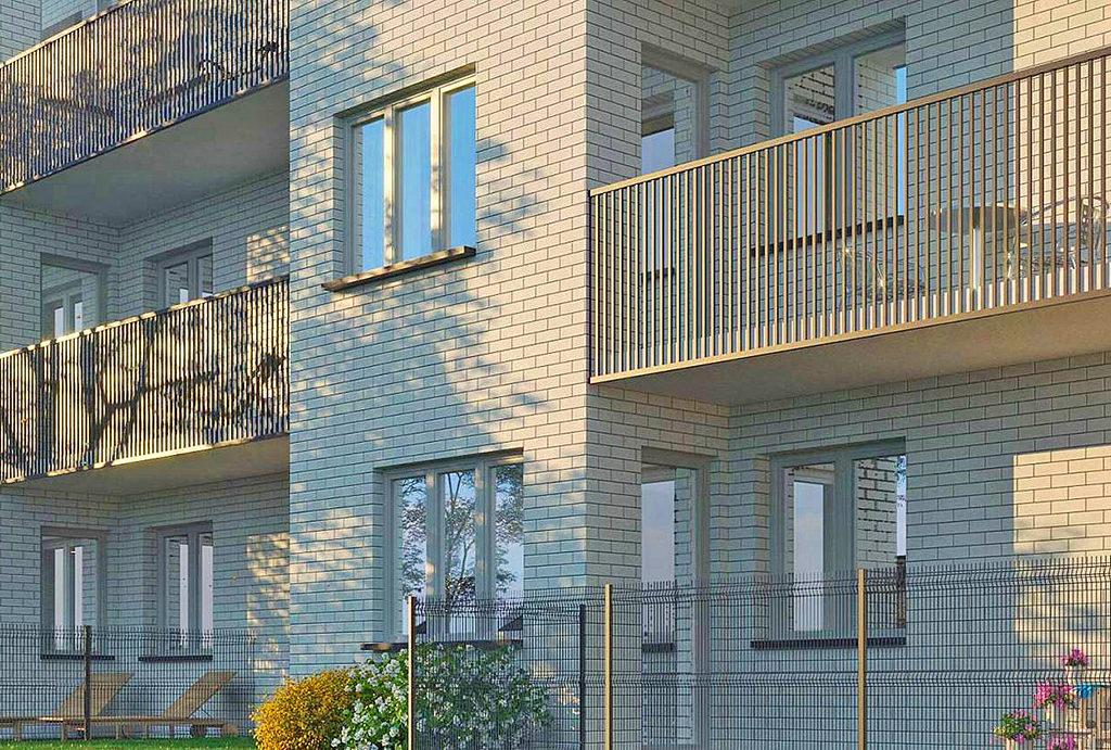 zbliżenie na fasadę i balkony budynku, w którym mieści się oferowane do sprzedaży mieszkanie Wrocław Leśnica