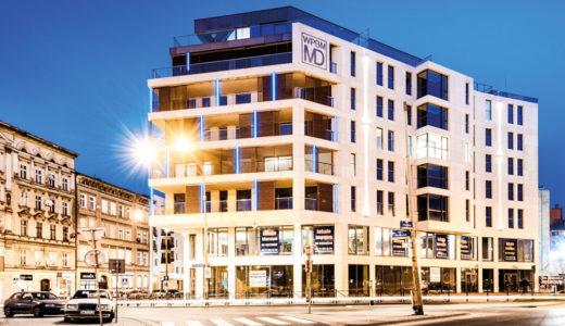 widok nocą od strony ulicy na apartamentowiec, w którym usytuowany jest oferowane na sprzedaż mieszkanie Wrocław Stare Miasto