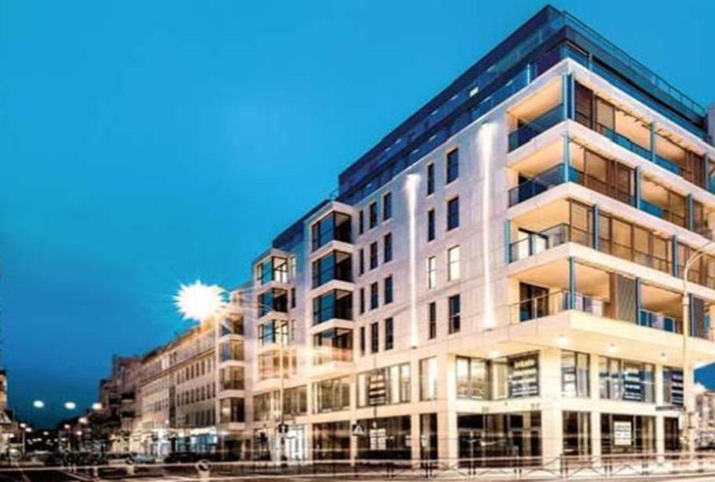 na pierwszym planie budynek, w którym znajduje się oferowane do sprzedaży mieszkanie Wrocław Stare Miasto