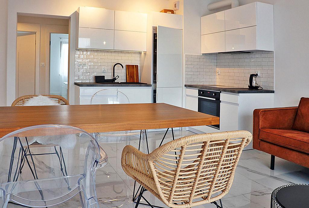 widok na jadalnię oraz aneks kuchenny w mieszkaniu do wynajmu Wrocław Stare Miasto