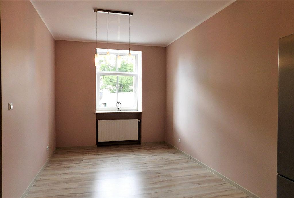 widok na jeden z pokoi w mieszkaniu do wynajmu Wrocław okolice
