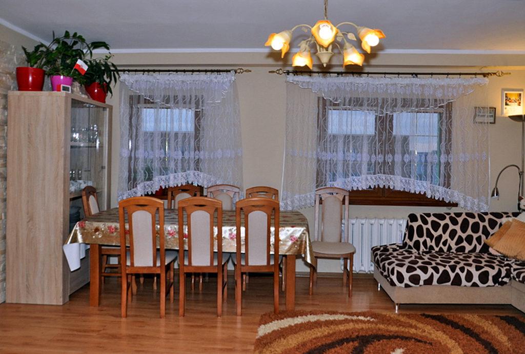 zaaranżowany w klasycznym stylu salon znajdujący się w mieszkaniu na sprzedaż Wrocław okolice