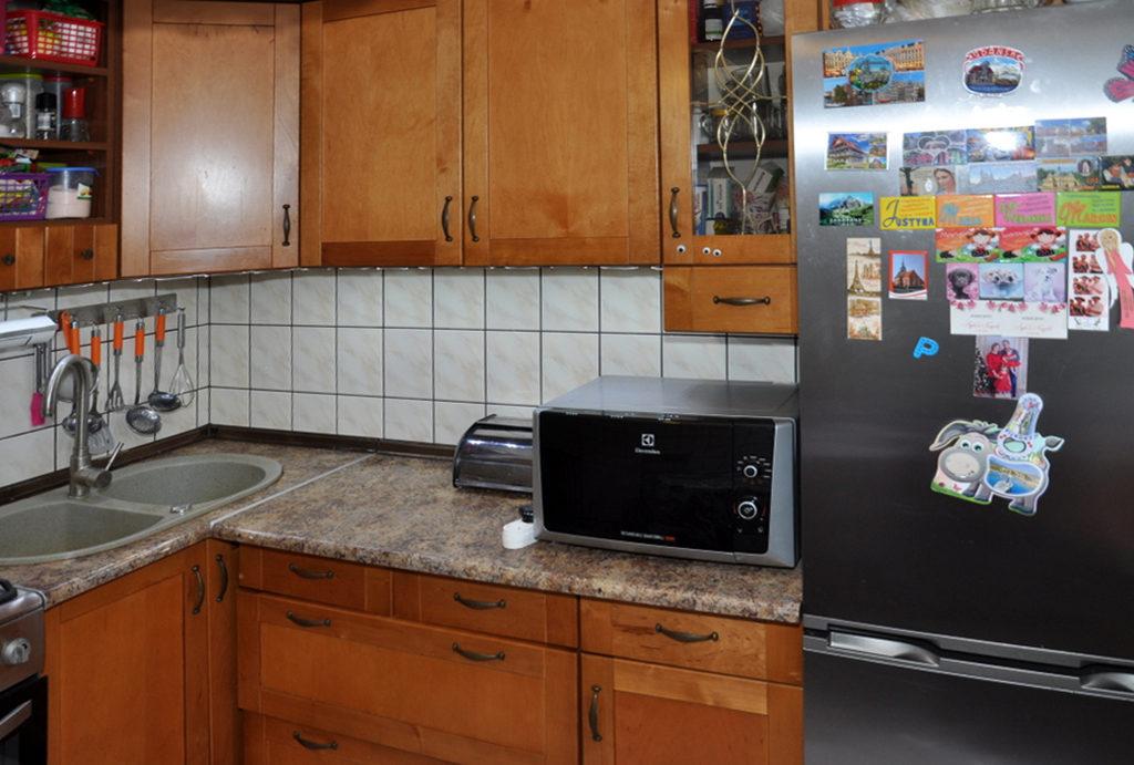 zdjęcie prezentuje funkcjonalnie zabudowaną kuchnię w mieszkaniu do sprzedaży Wrocław okolice
