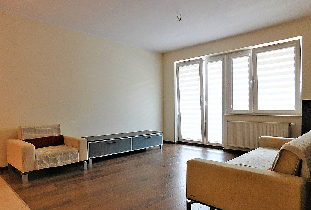 na pierwszym planie funkcjonalny aneks kuchenny w mieszkaniu na sprzedaż Wrocław Krzyki