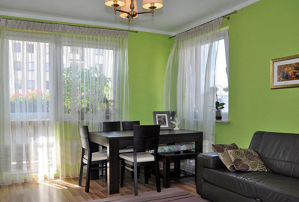 komfortowy i wytworny salon w mieszkaniu do sprzedaży Wrocław (okolice)