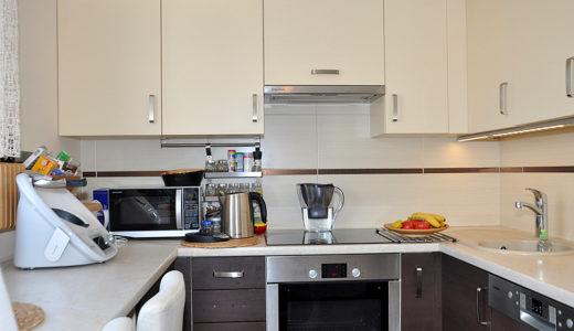 kuchnia w praktycznej zabudowie w mieszkaniu na sprzedaż Wrocław (okolice)