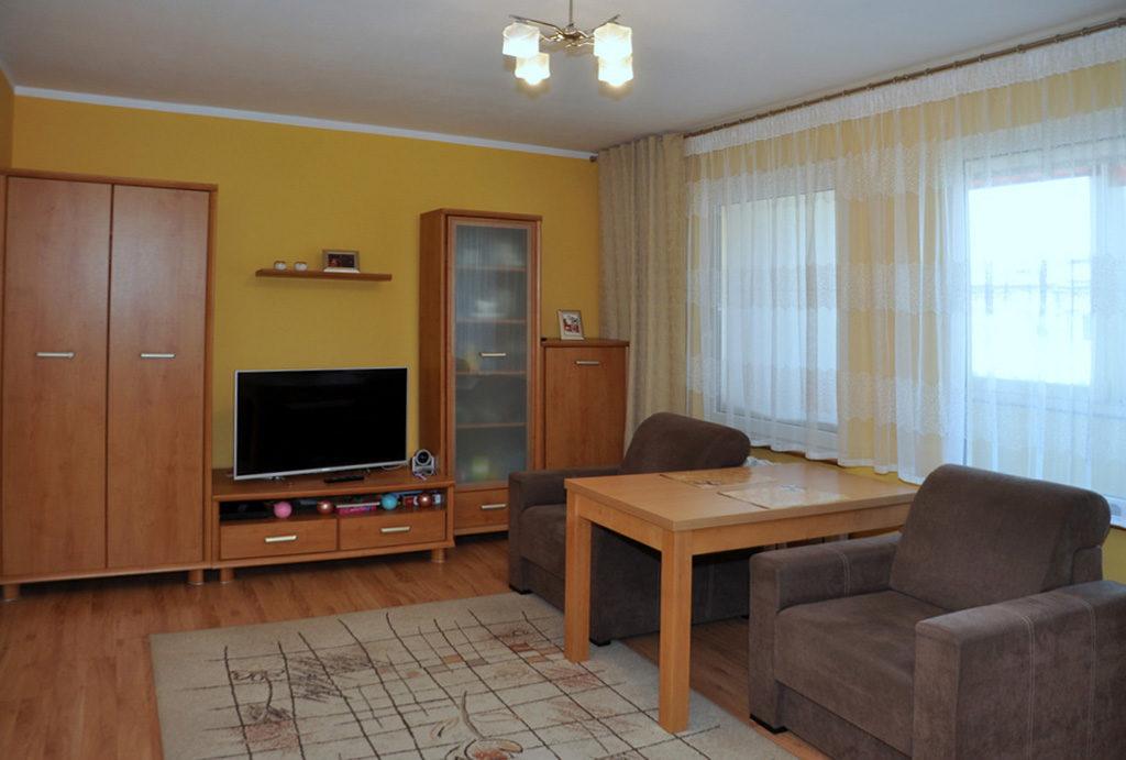 widok na komfortowy pokój dzienny w mieszkaniu na sprzedaż Wrocław okolice