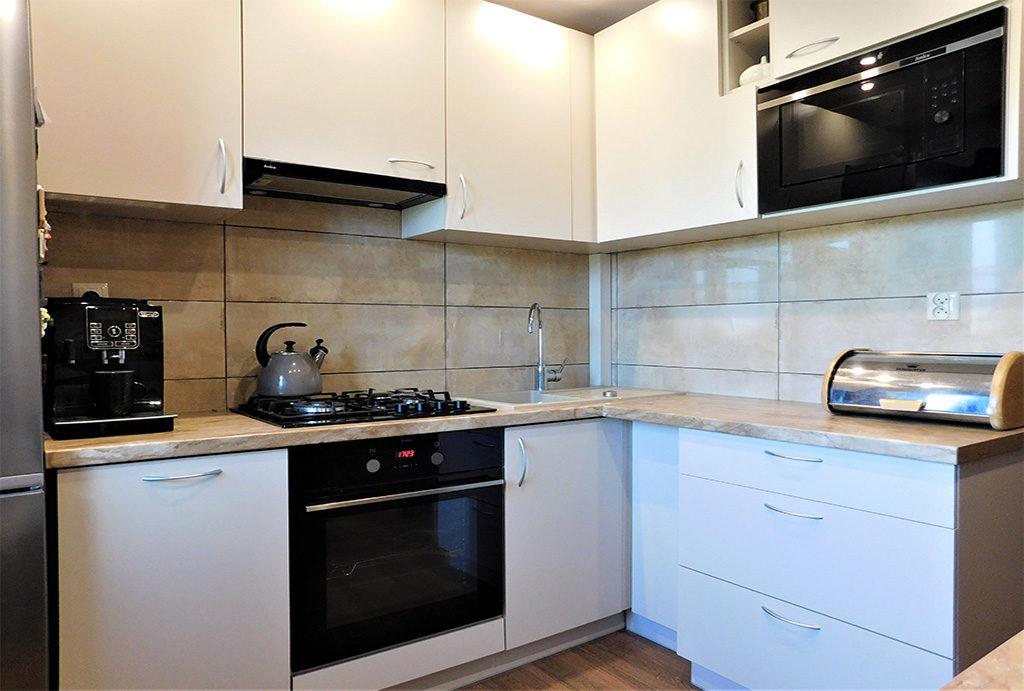 kuchnia w zabudowie znajdująca się w mieszkaniu na sprzedaż Wrocław okolice
