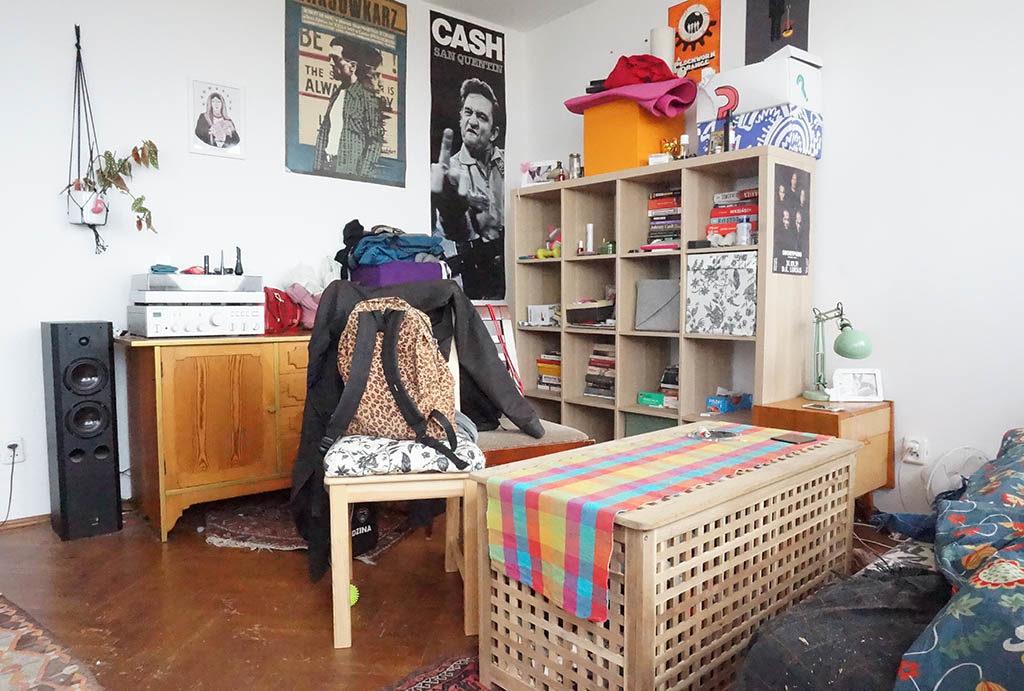 widok z innej perspektywy na salon w mieszkaniu do sprzedaży Wrocław Krzyki