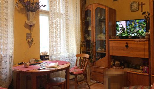 zaprojektowany w stylu klasycznym salon w mieszkaniu do sprzedaży Wrocław Krzyki