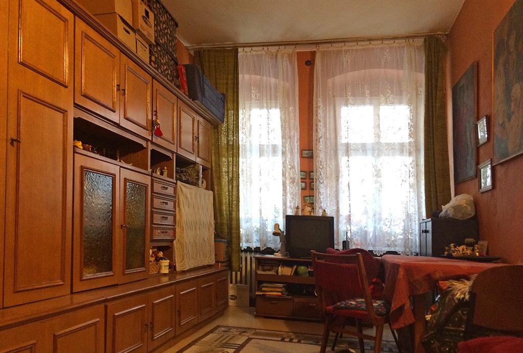 widok z innej perspektywy na pokój dzienny w mieszkaniu do sprzedaży Wrocław Krzyki