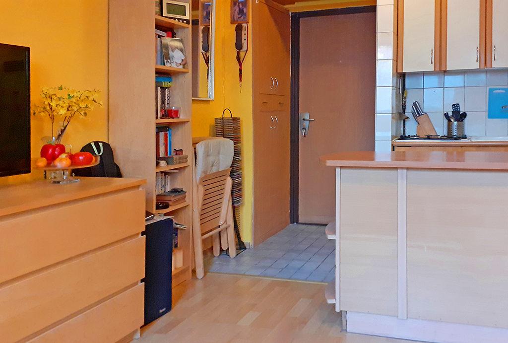 widok z salonu na hol w mieszkaniu na sprzedaż Wrocław Krzyki