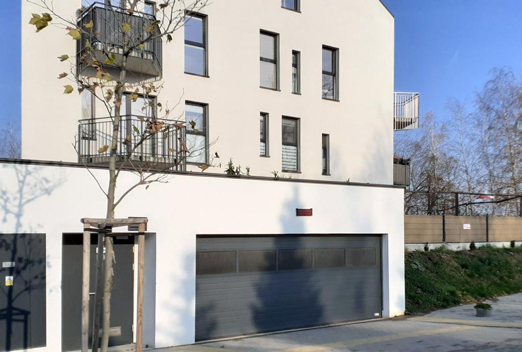 na pierwszym planie wjazd do garażu w apartamentowcu, gdzie położone jest oferowane do sprzedaży mieszkanie Wrocław Leśnica