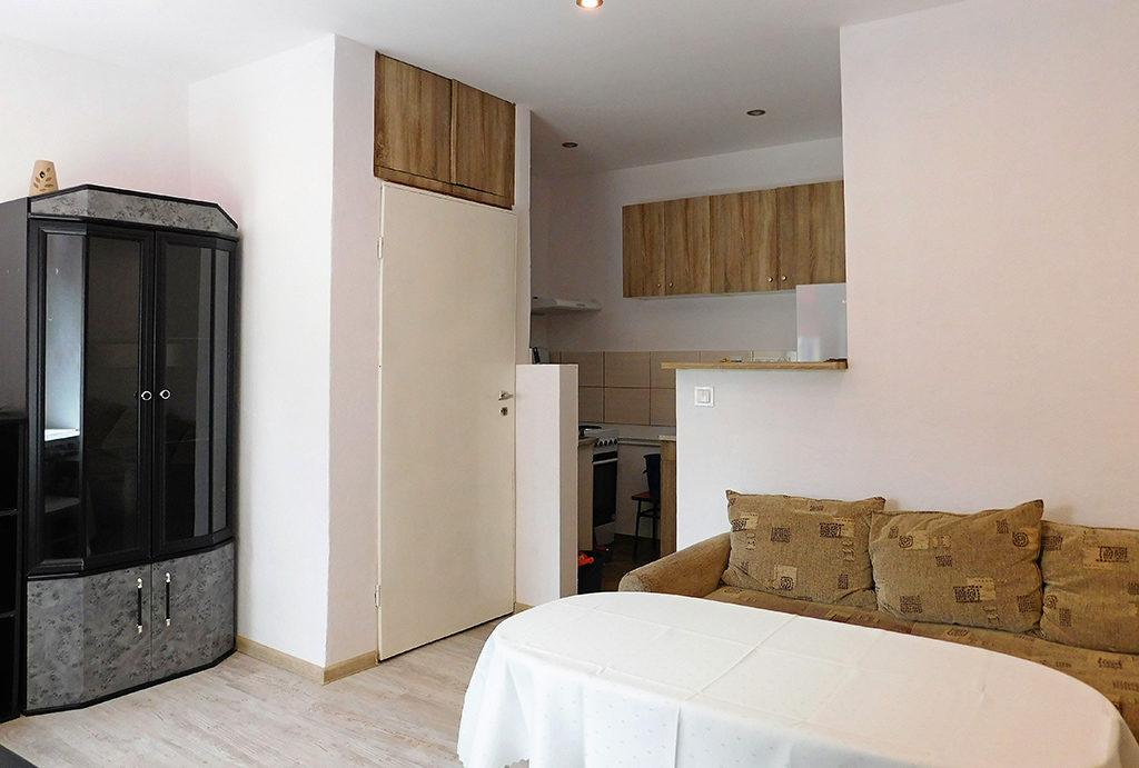 na zdjęciu komfortowa jadalnia, kuchnia oraz salon w mieszkaniu do wynajmu Wrocław okolice