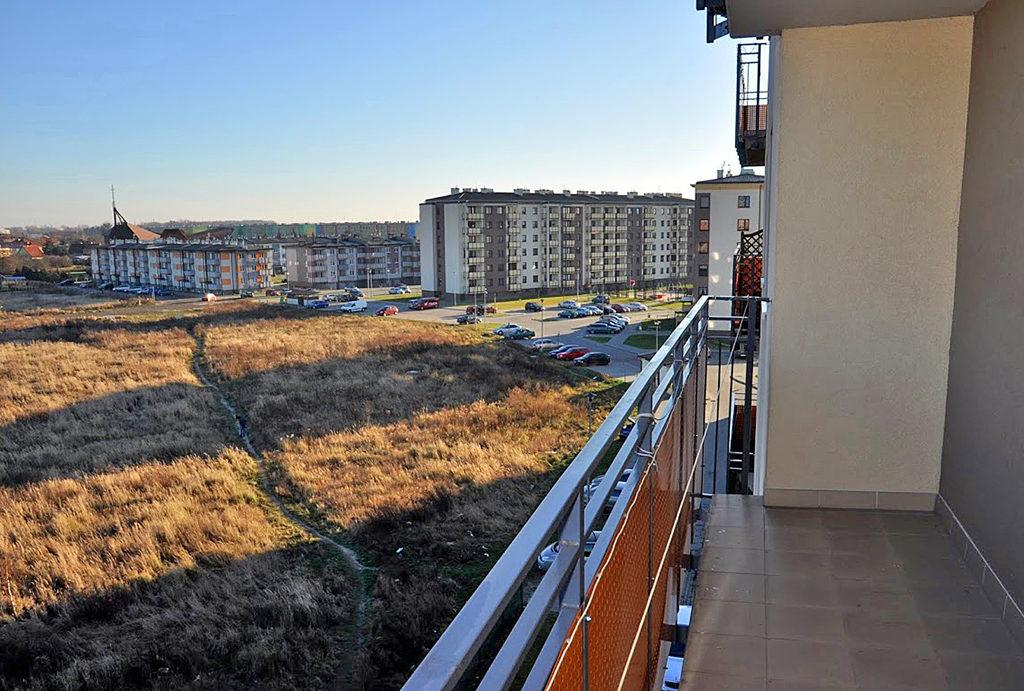 widok z balkonu na zieleń z mieszkania na wynajem Wrocław (okolice)