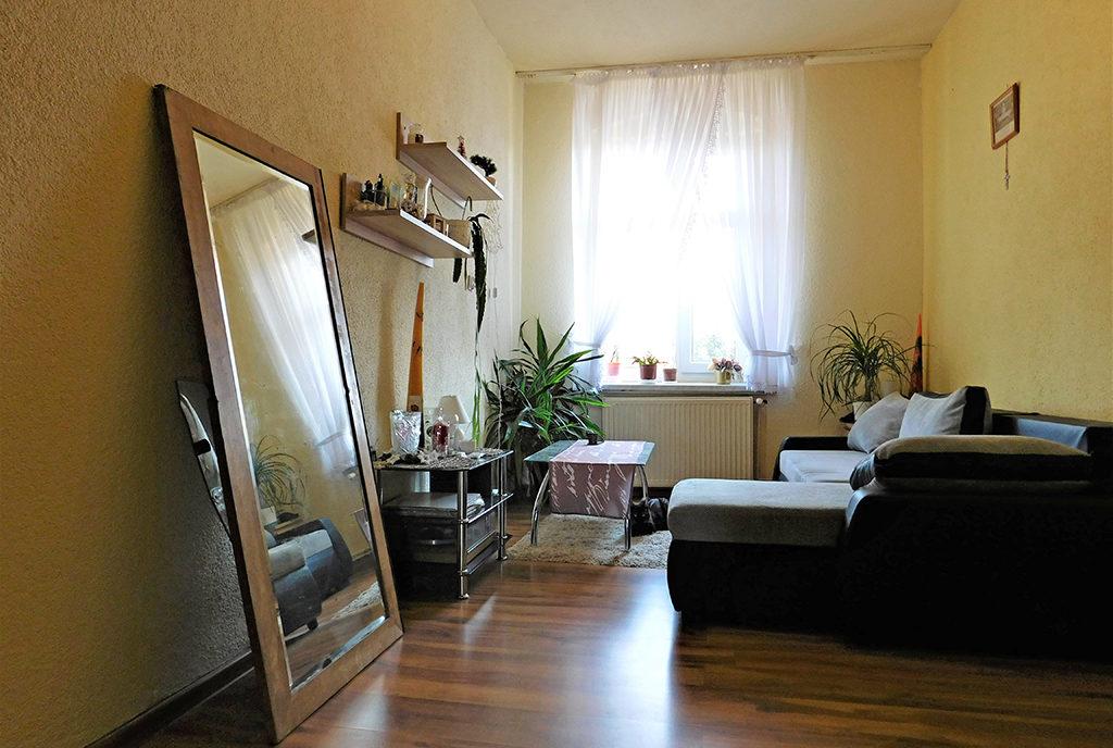 inna perspektywa salonu w mieszkaniu do sprzedaży Wrocław (okolice)