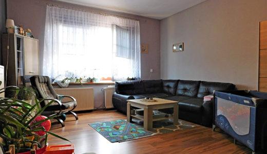 na zdjęciu ekskluzywny salon w mieszkaniu na sprzedaż Wrocław (okolice)