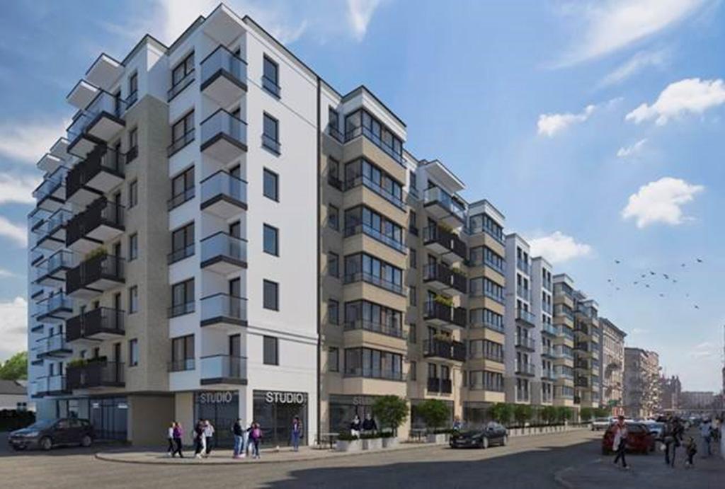 widok od strony ulicy na osiedle, na którym znajduje się oferowane do sprzedaży mieszkanie Wrocław Śródmieście