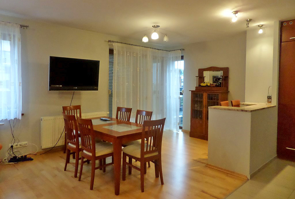 zdjęcie prezentuje zabudową kuchnię i jadalnię w mieszkaniu do wynajęcia Wrocław Śródmieście