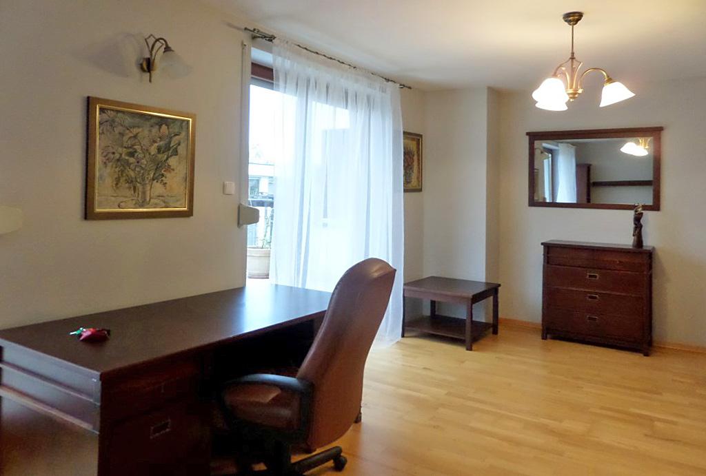 widok na prestiżowy pokój dzienny w mieszkaniu na wynajem Wrocław Śródmieście