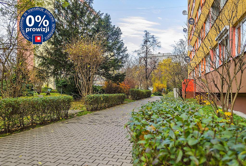 komfortowe osiedle, na którym znajduje się oferowane do sprzedaży mieszkanie Wrocław Krzyki