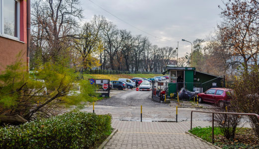 widok na całe osiedle, gdzie mieści się oferowane na sprzedaż mieszkanie Wrocław Krzyki