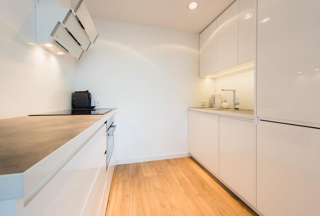 funkcjonalna kuchnia w zabudowie w mieszkaniu do wynajęcia Wrocław Stare Miasto