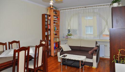 salon zaaranżowany w klasycznym stylu w mieszkaniu do sprzedaży Wrocław (okolice, Oława)