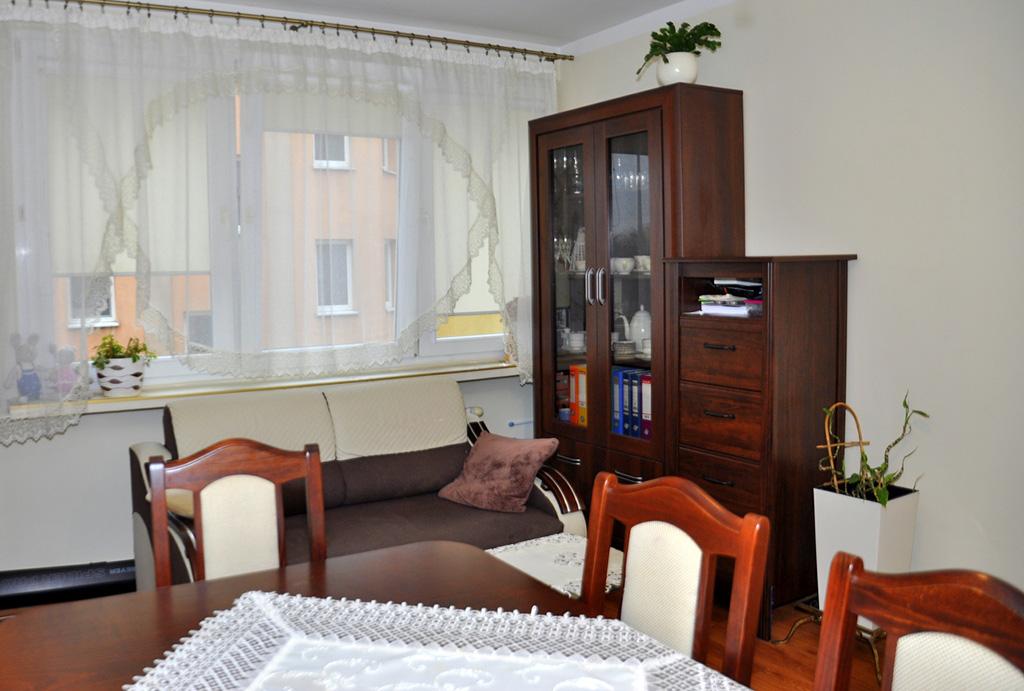 widok z innej perspektywy na komfortowy salon w mieszkaniu na sprzedaż Wrocław (okolice, Oława)