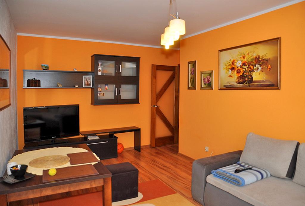 zdjęcie prezentuje salon w mieszkaniu do sprzedaży Wrocław (okolice)