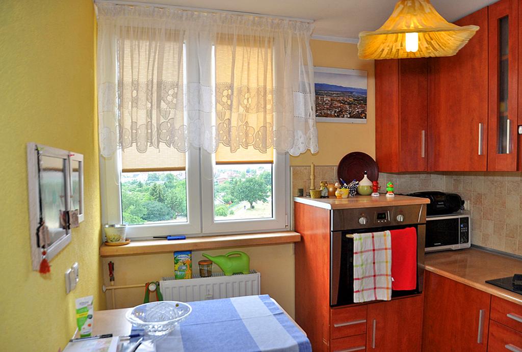 na zdjęciu funkcjonalnie zaaranżowany pokój w mieszkaniu na sprzedaż Wrocław (okolice)