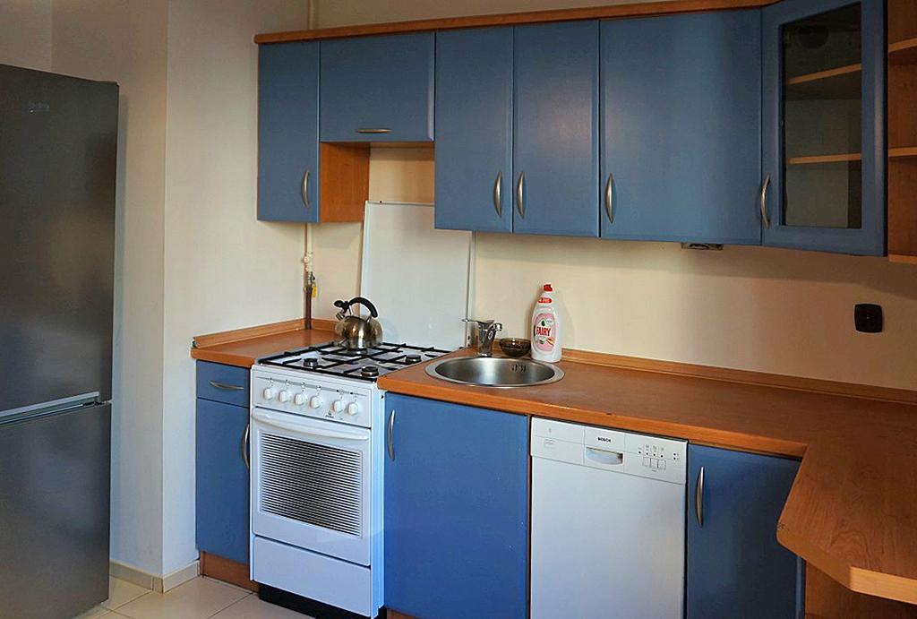 kuchnia w funkcjonalnej zabudowie w mieszkaniu do wynajmu Wrocław Śródmieście