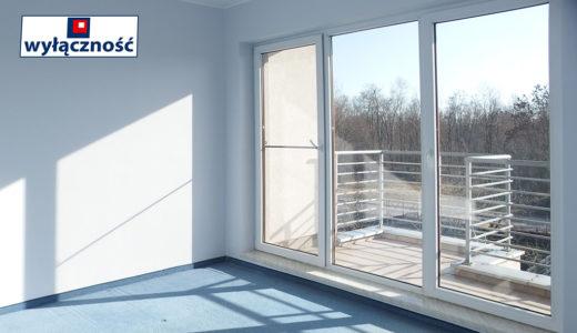 przestronny salon z balkonem przy mieszkaniu na sprzedaż Wrocław Fabryczna