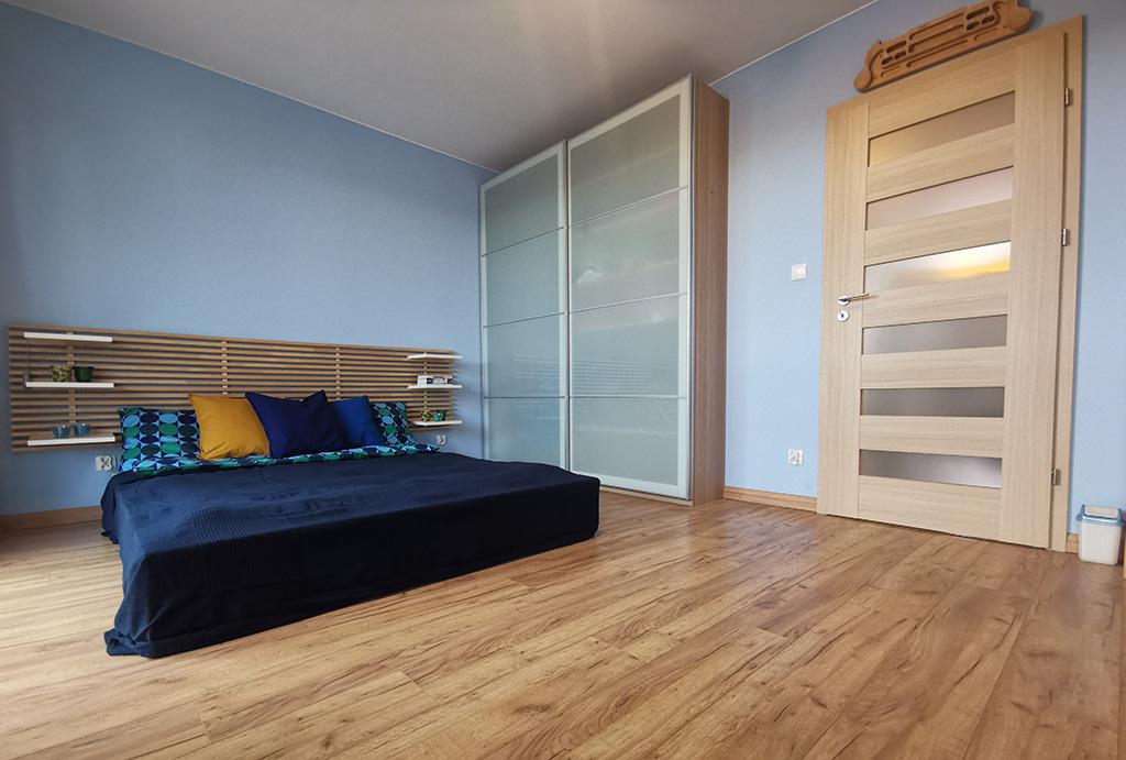 na zdjęciu elegancka sypialnia w mieszkaniu do sprzedaży Wrocław Krzyki