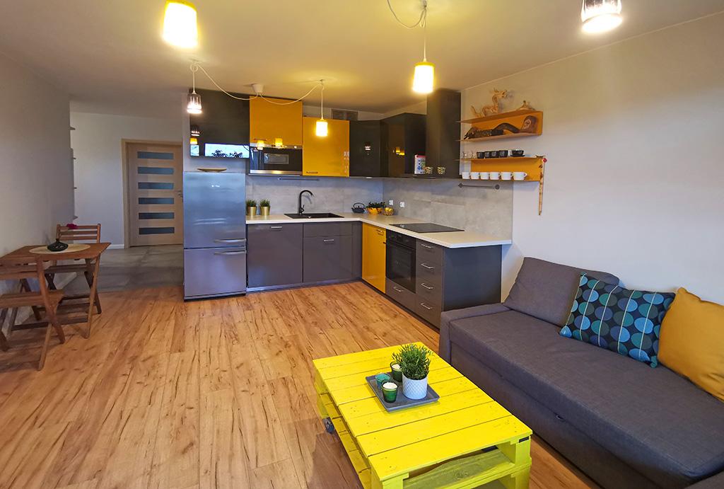 widok od strony salonu na aneks kuchenny w mieszkaniu do sprzedaży Wrocław Krzyki