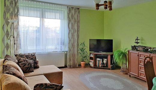 klasycznie zaaranżowany salon w mieszkaniu do sprzedaży Wrocław (okolice, Radwanice, Głogów)