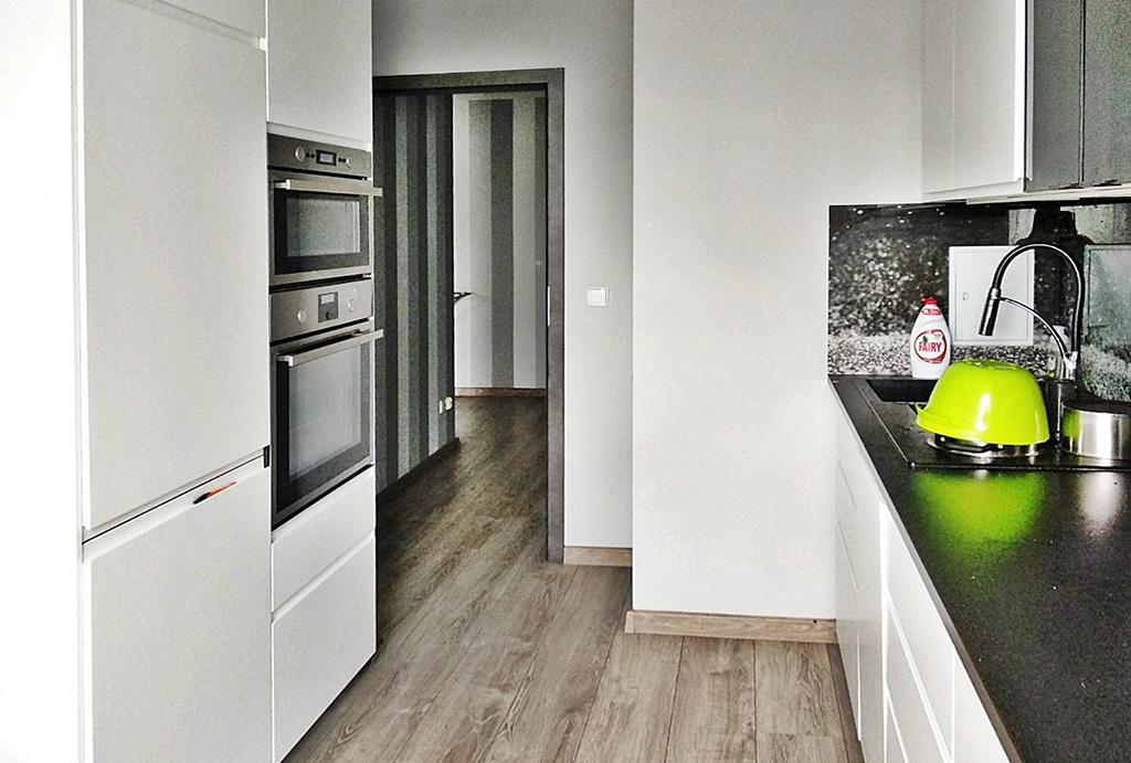 widok na nowoczesną kuchnię w apartamencie do wynajmu Wrocław