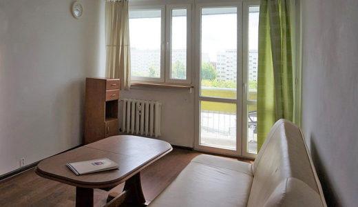na pierwszym planie salon, dalej taras przy mieszkaniu na wynajem Wrocław Fabryczna